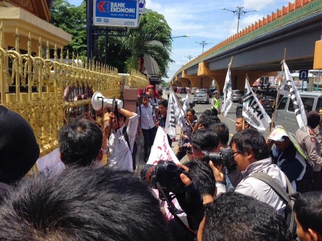 Aksi di depan Gedung Perkantoran Surya Dumai Grup